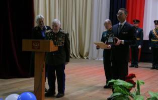 Ветеран Великой Отечественной войны поздравил артиллеристов танкового соединения