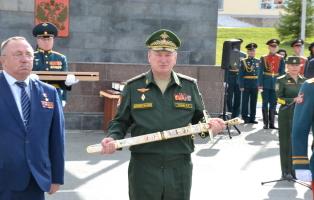 Танковой дивизии «черных ножей» под Челябинском шефы вручили Меч воинской славы
