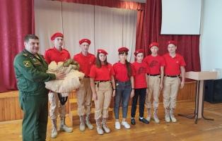 Шефы вручили юнармейскому отряду комплекты новой формы