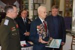 Ветеран штурма Перекопа И.И.Робак принимает поздравления от уральцев